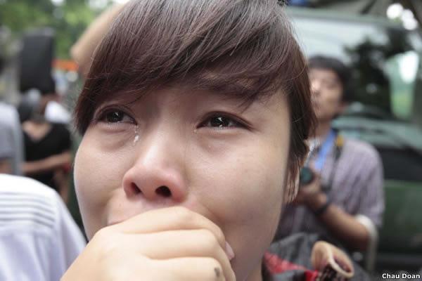 Một người biểu tình phải bật khóc khi thấy đồng bào